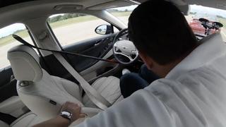 Car and Driver brukte ulike metoder for å lure bilene til å tro at det satt en sjåfør bak rattet.