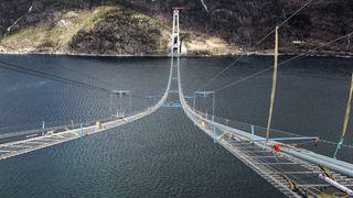 viser arbeidene med kablene under bygging av Hardangerbrua i 2012. Kablene består av 10.032 enkelttråder som til sammen er 36.000 km lange.