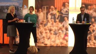 Bjørn Erik Thon fra Datatilsynet, Inger Lise Blyverket fra Forbrukerrådet og Vivi Ringnes Wilhelmsen fra Forsvarets høgskole står på en scene under en debatt