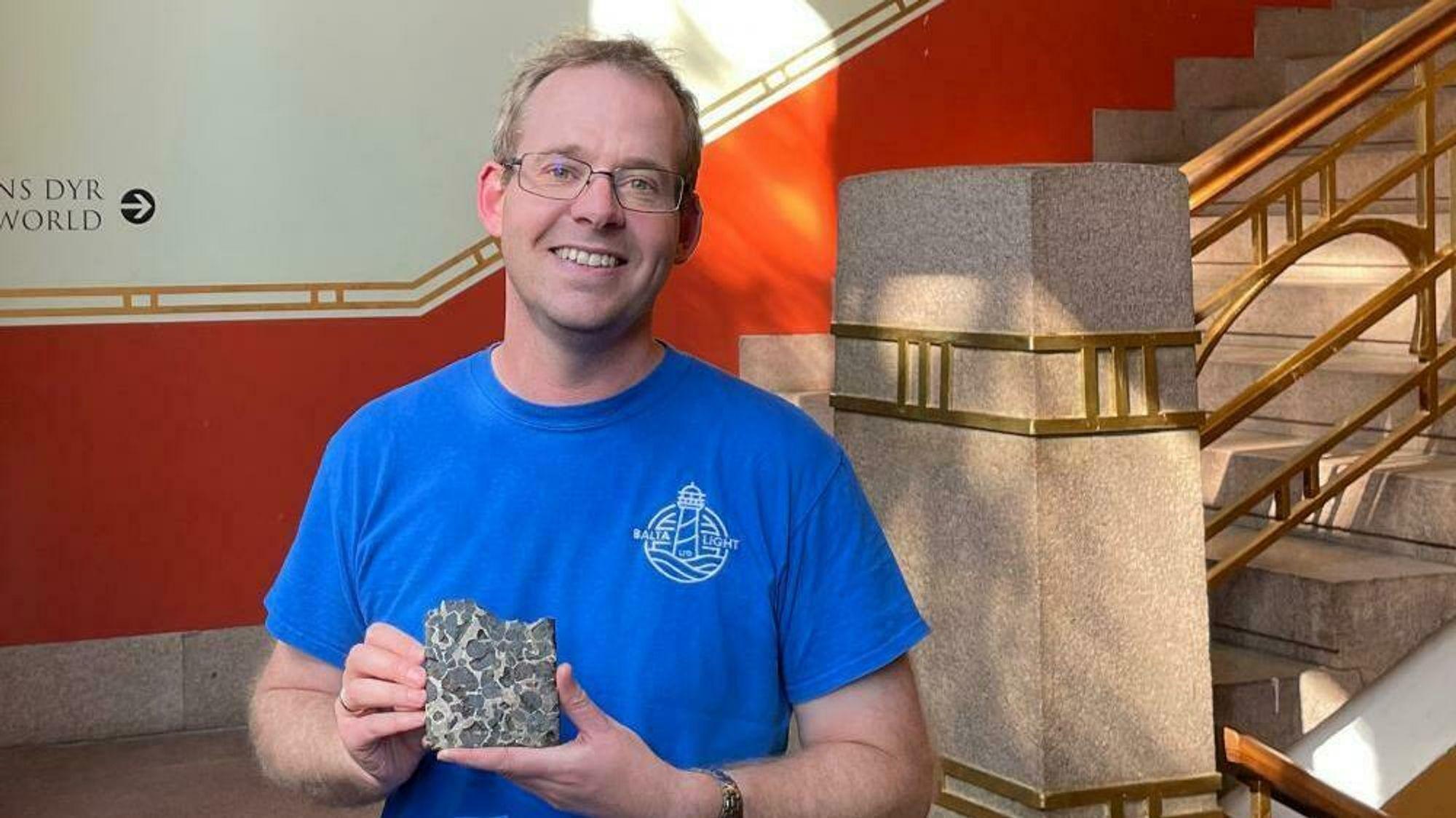 Førsteamanuensis Henrik Friis viser fram en meteoritt med en helt spesiell steinstruktur.
