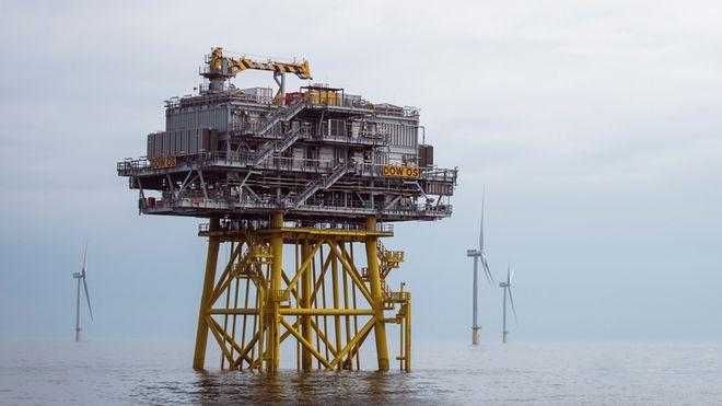 Oljeplattform omringet av havvindturbiner