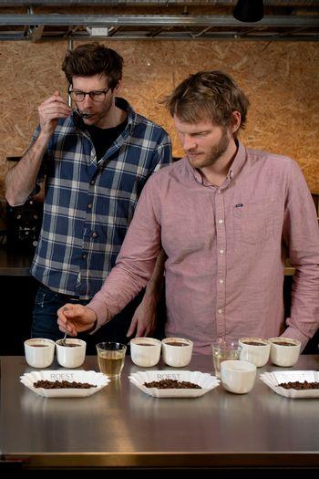 Sverre (t.v.) og Trond Simonsen cupper kaffe av forskjellige bønner.