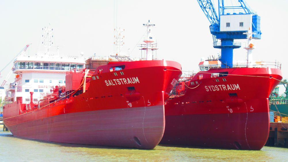 Saltstraum og Sydstraum ved verftet i Kina før levering. Skipene er 129,5 meter lange og 19,6 meter brede med lastkapasitet på 10.500 dødvekttonn.