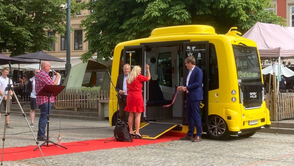 Konferansier Jan Erik Larssen, ordfører Monica Myrvold Berg og Terje Sundfjord, administrerende direktør i Brakar, åpnet Drammens første selvkjørte bussrute.