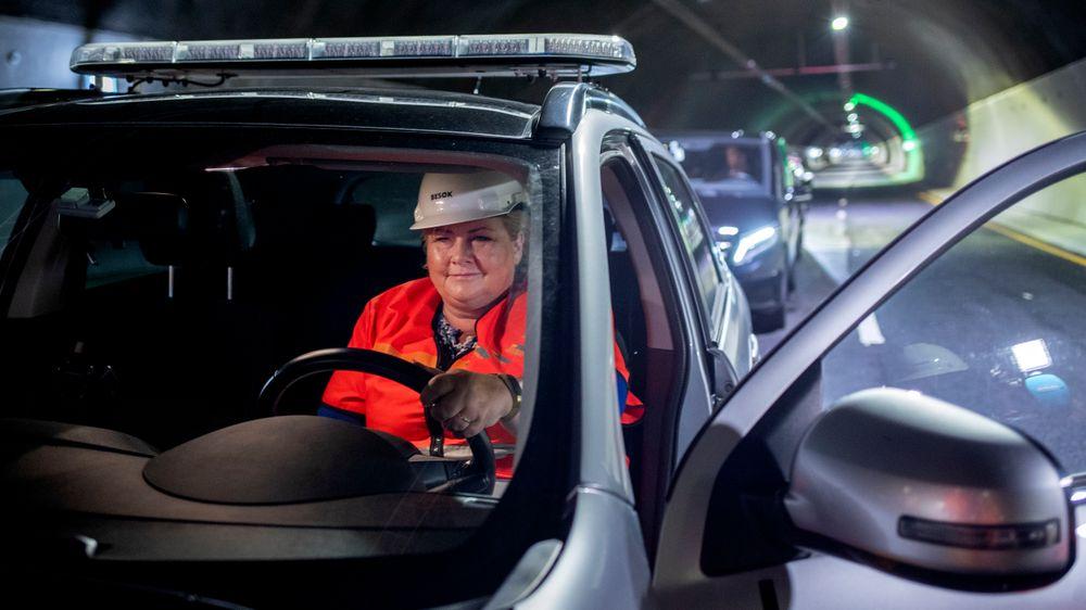 Statsminister Erna Solberg (H) fikk låne bil av Statens vegvesen da hun skulle testkjøre den nye tunnelen på E39 Svegatjørn – Rådal under valgkampturneen i Hordaland.