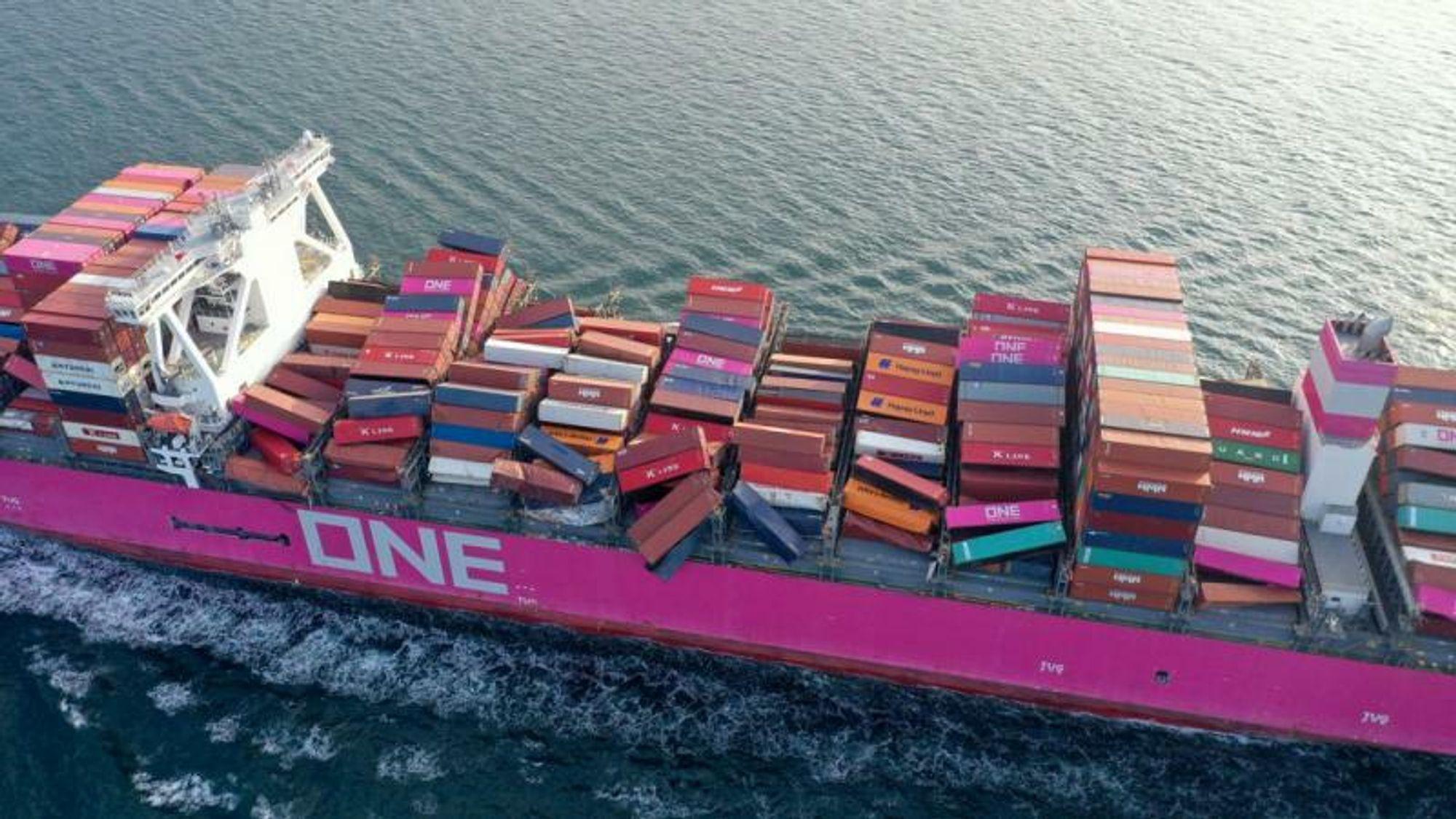 Under en storm i Stillehavet mistet One Apus 2250 containere og måtte søke nødhavn i Kobe, Japan.