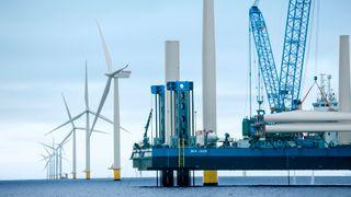 Den norske leverandørindustrien til olje og gass er foreløpig 36 ganger større enn til havvind, forteller artikkelforfatteren. Bildet er fra monteringen av vindkraftpark i Kattegat.