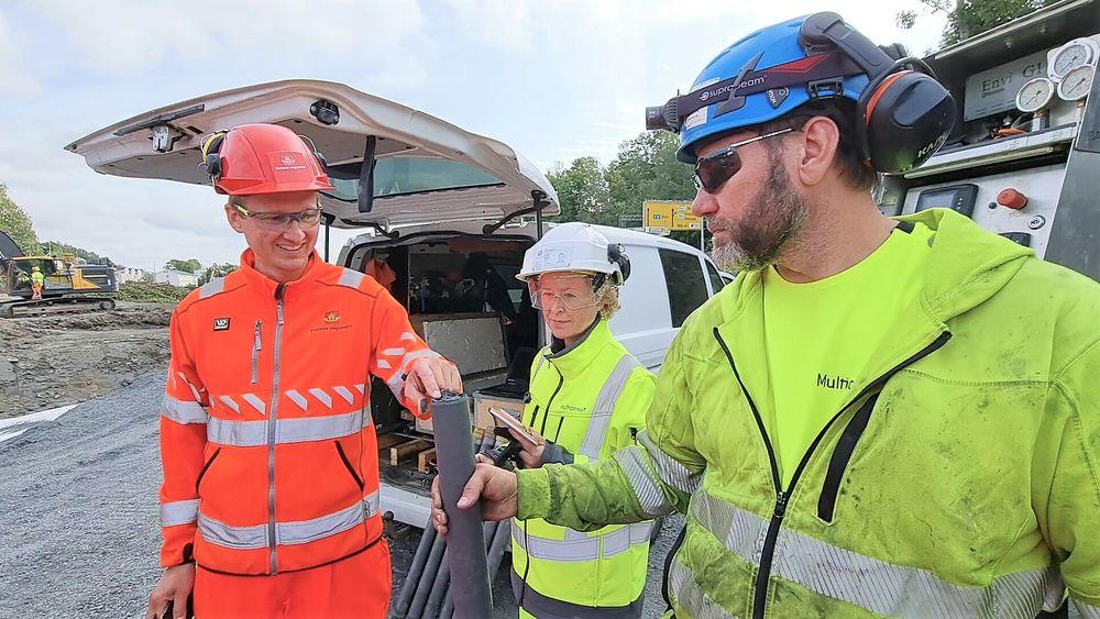 Jan Ole Gulbrandsen (til høyre) med dagens siste prøve fra en kalksementpel. Prosjektlederne Eivind Juvik og Tonje Eide Helle er overrasket over hvor bløt leiren er.