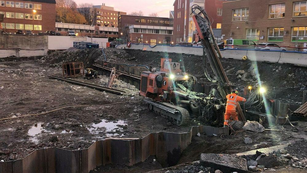 Regjeringen vil at byggenæringen skal redusere sine klimagassutslipp og skjerper kravene. Men alt som er under bakken, er unndratt nye regler, blant annet spunting – som her skjer på en byggeplass på Ensjø i Oslo.