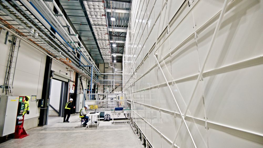 Svenske Northvolt er for lengst i gang med store batterifabrikker. Her fra batterikontrollstasjonen i Northvolt Labs i Västerås. Batteriene ligger bak veggen til høyre. Nå vil flere aktører bygge gigafabrikker i Norge.