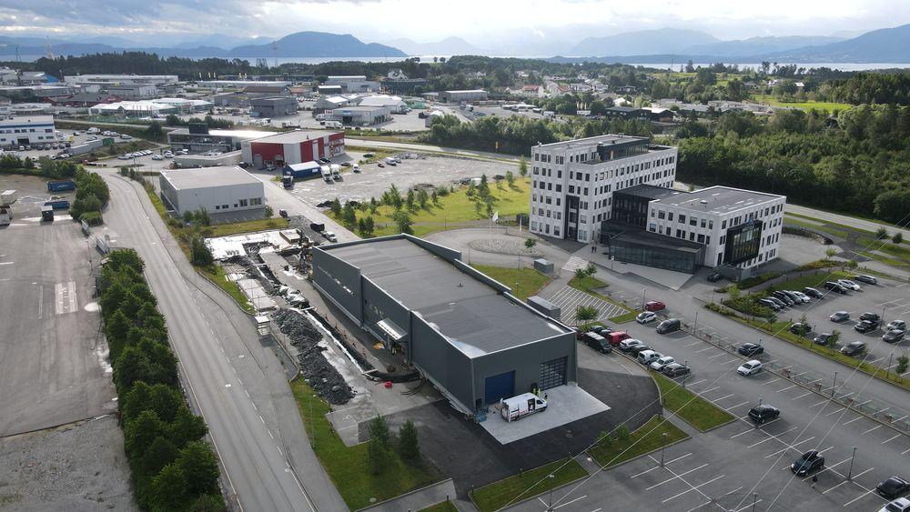 Norsk katapult Sustainable Energy med testsenteret Energy House i forgrunnen. Tomta til hydrogenanlegget gjøres klar rett på oversiden.