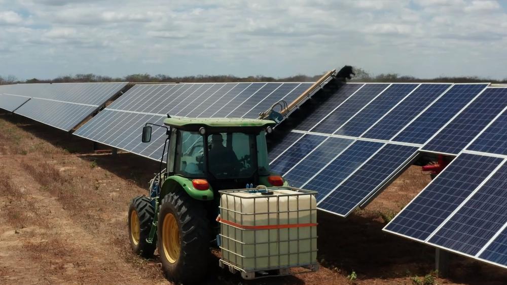 I enorme solcelleparker kan vasking av panelene utgjøre en stor kostnad. Ny programvare kan gi råd om når det er optimalt å gjøre vaskingen. Det kan spare selskapene for store penger.