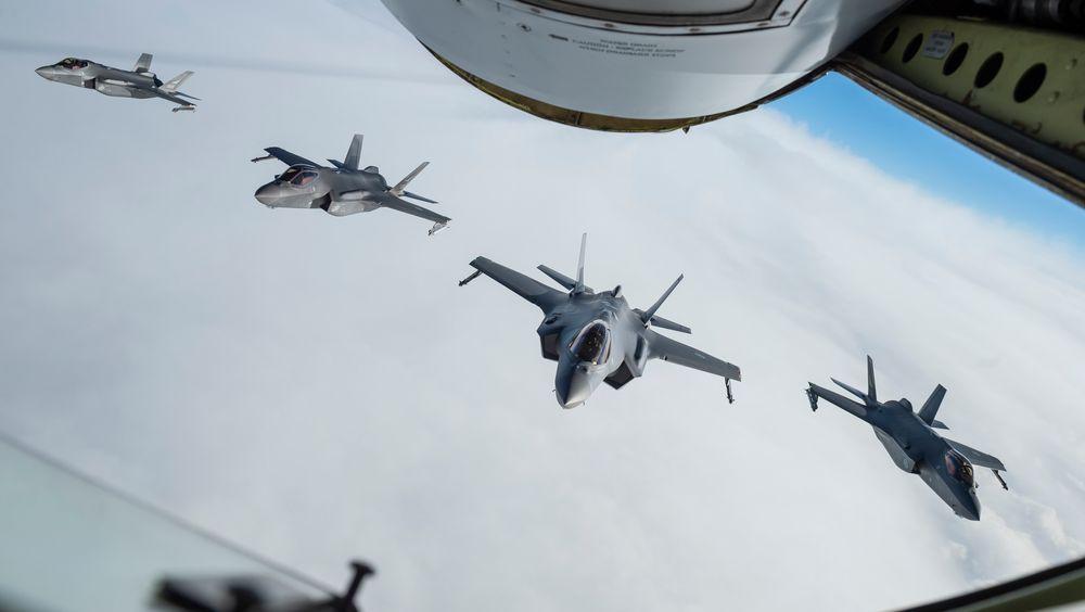 Fire norske F-35A på vei til forrige deployering, Keflavik på Island i februar 2021. I to uker i september skal åtte fly være stasjonert på Evenes.
