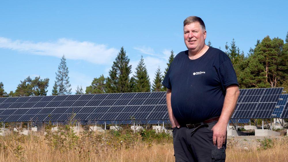 600 kvadratmeter med solceller og en vindmølle gjør Lars Hoems to gårder selvforsynte med strøm. Nå lager han også sitt eget hydrogen.