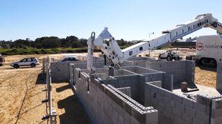 Automatiserer bygging av murhus: Har kontrollrom montert på en lastebil