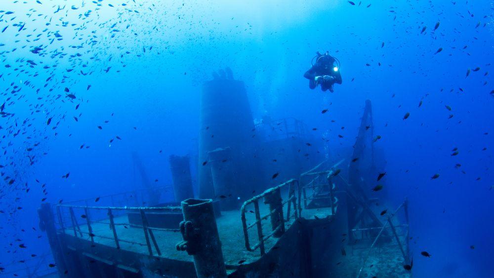 Det kommer mange eventyrlystne fritidsdykkere til Malta for å utforske vrakene etter landets lange historie med europeiske og arabiske erobringer. Hvert år får mellom femti og hundre dykkere på Malta trykkfallsyke.