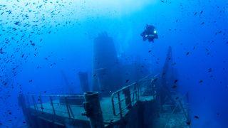 Dykker ved vrak på Malta.