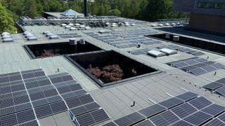 Høgskolen i Østfold får montert solceller på tak, 2021.