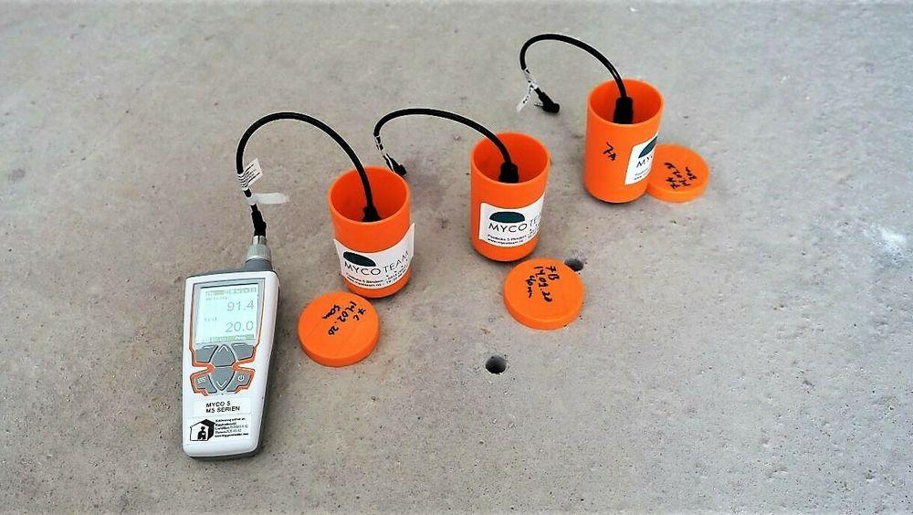 Prøver fra murpuss eller andre materialer med potensielle fuktskader kan sendes inn og testes i laboratorium.