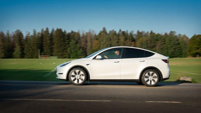 Test av Tesla Model Y: Imponerende effektiv – skuffende hurtiglading