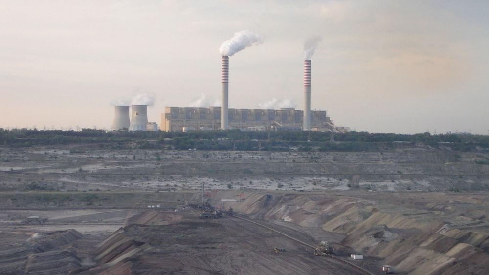 Skyhøye gasspriser har ført til at bruken av kull og brunkull øker. Bildet er av brunkullkraftverket Belchatow i Polen, som i 2006 slapp ut 30 millioner tonn CO2.
