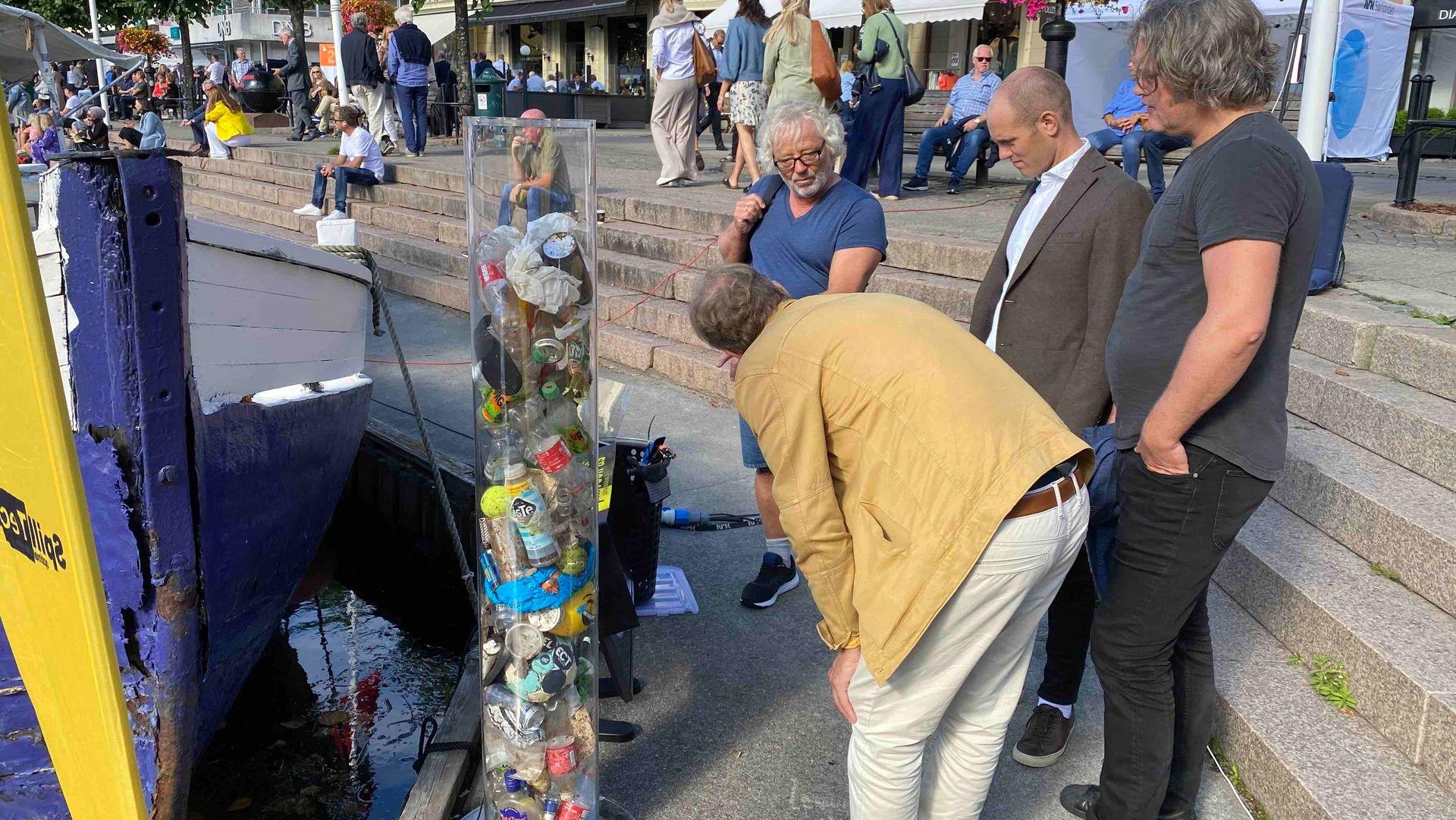 Trond Lindheim viser fram en robot som kan samle avfall i vannet.