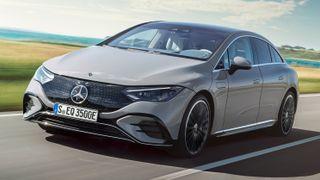 Mercedes EQE 350 har 660 kilometer rekkevidde, og bakhjulstrekk. En variant med firehjulstrekk skal også lanseres senere.