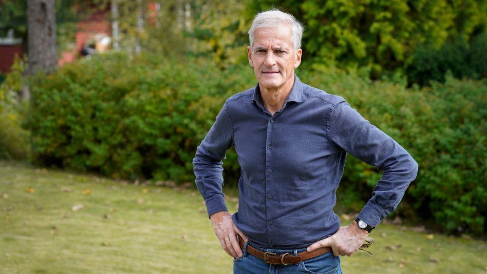 Arbeiderpartiets leder Jonas Gahr Støre har bestemt seg for å støtte hovedgrepet i regjeringens forslag til ny oljeskatt. Her er han i hagen hjemme på Ris i Oslo.