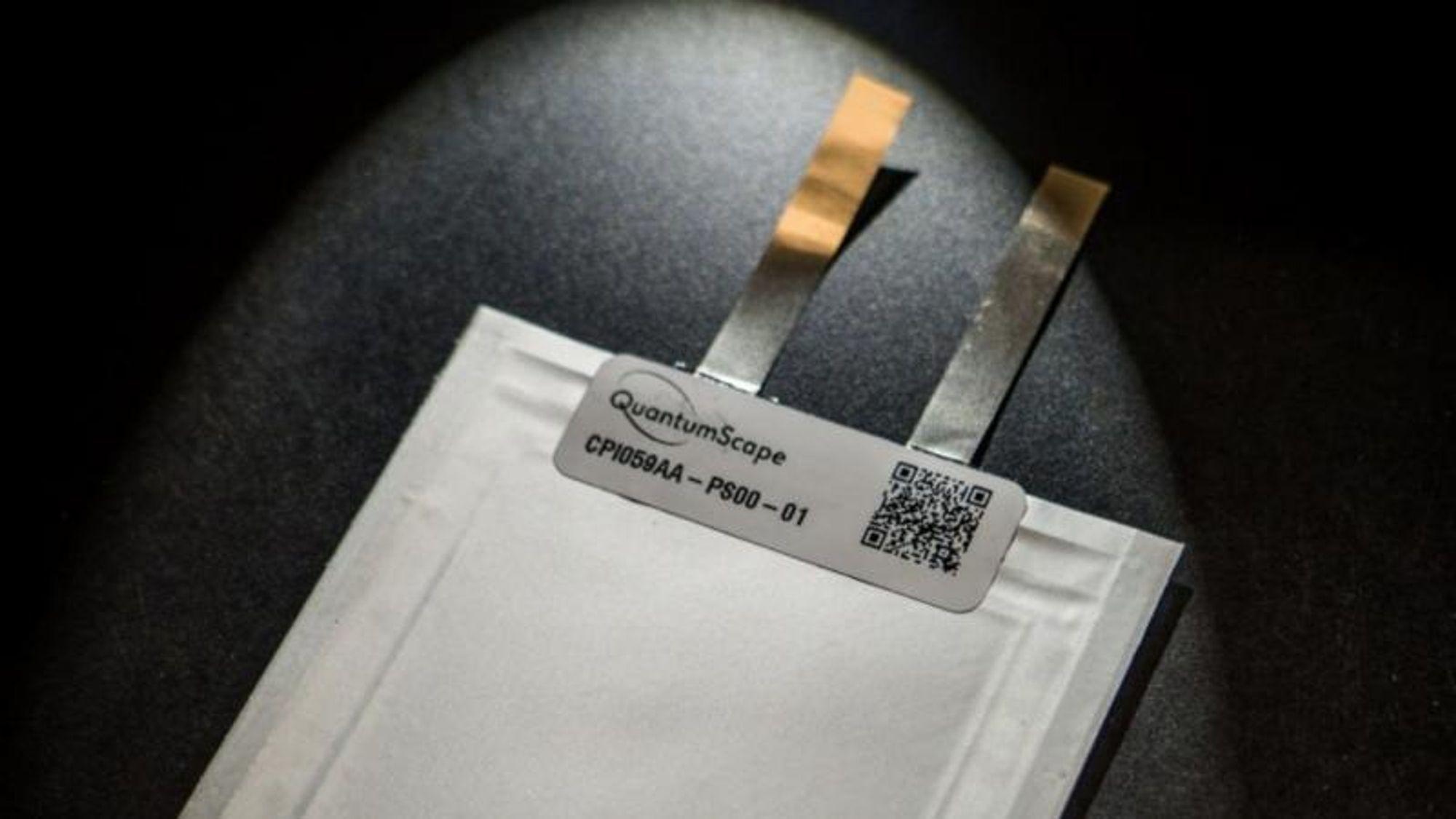 Faststoffbatterier skiller seg fra litiumionbatteriene som brukes i dag ved at elektrolytten ikke er flytende, men består av fast materiale. Dette er en battericelle fra Quantumscape.