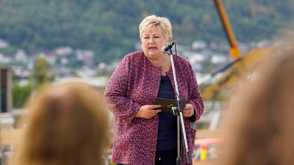 Statsminister Erna Solberg sier det er viktig med mer satsing på realfag for gjennomføringen av det grønne skiftet.