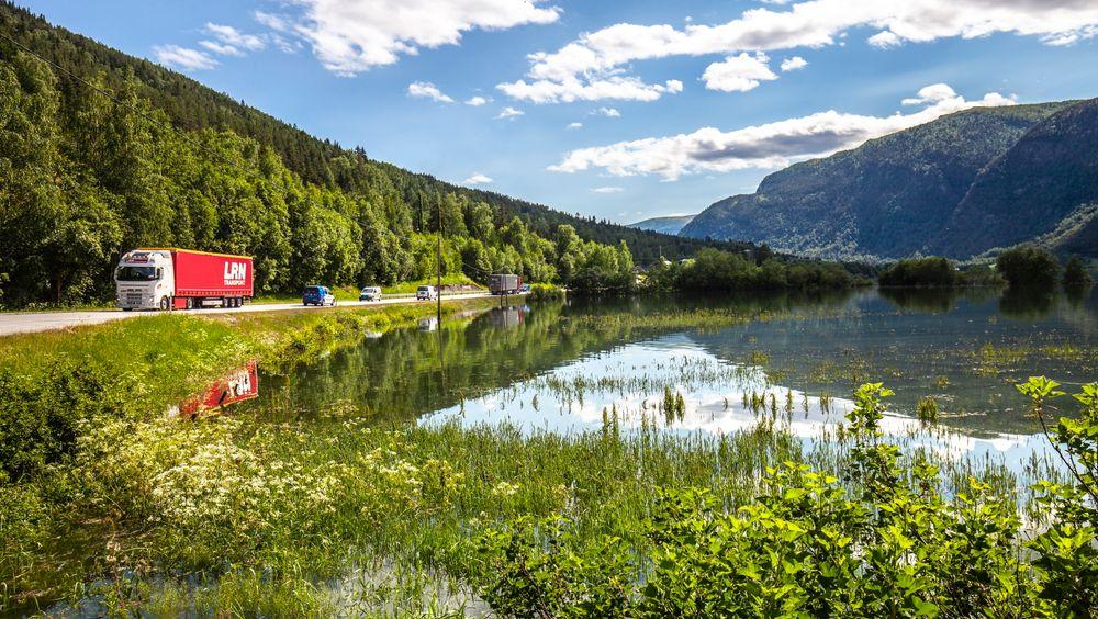 Ikke bare sommeridyll. Bildet viser oversvømte jorder langs E6 ved Otta i Sel kommune. Mange mangler kompetanse til å arbeide strukturert og planmessig med klimatilpasning, skriver artikkelforfatterne.