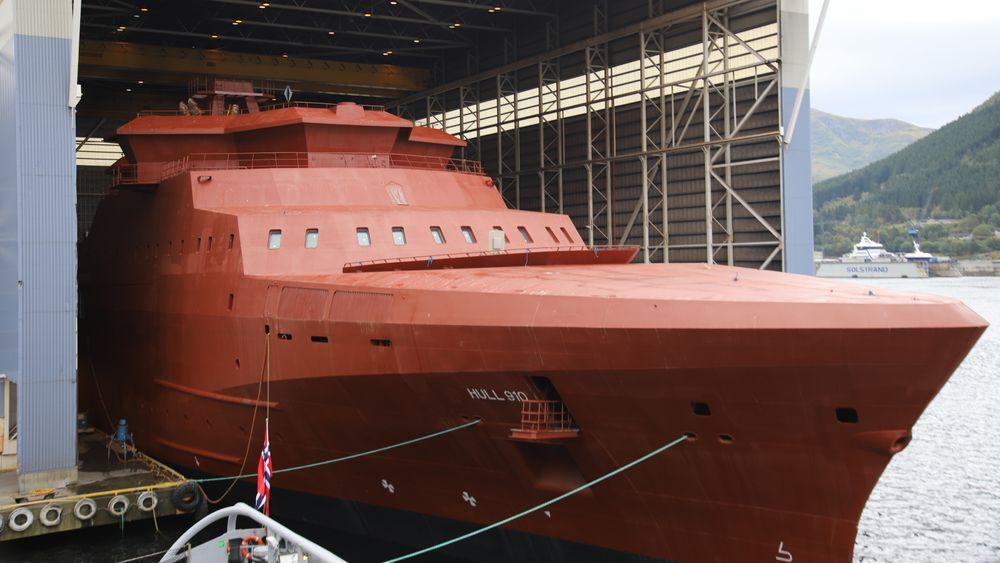 KV Jan Mayen, bygg P9100, er buksert inn i hallen ved Vard Langsten og klargjøres for innrykk av 400-500 mennesker som skal inn og gjøre skipet klar for overlevering i 2022.