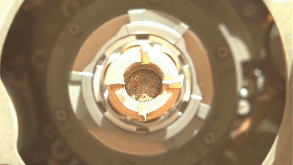 I dette bildet ses den første steinprøven, i midten av boret, som roboten Perseverance har klart å hente inn på den røde planeten.