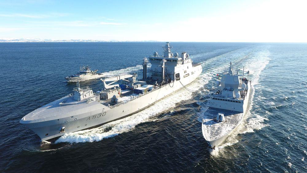 KNM Maud forsyner KNM Fridtjof Nansen med drivstoff under en øvelse i februar. Nå blir logistikkfartøyet «fleet oiler» for SNMG1.