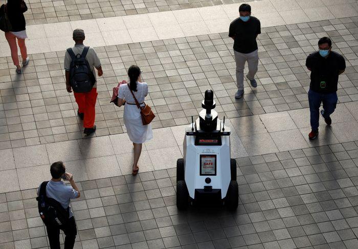 Den autonome roboten «Xavier» patruljerer et kjøpesenter mandag 6. september. Prøveperioden vil vare i tre uker.