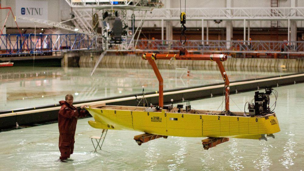 Sjøsetting av modellskroget til MS Midnatsol ved havbassenget til Sintef Ocean for simulering av seilas gjennom modell av Stad skipstunnel.