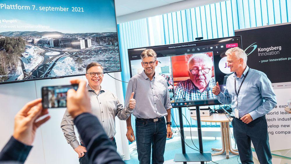 Disse skal bygge opp batteriklyngen på Kongsberg. Fra venstre: Lars Lyshaug, Svein-Olav Toro, Jan-Olaf Willumns (på skjermen) og Jarle Gjøsæther.