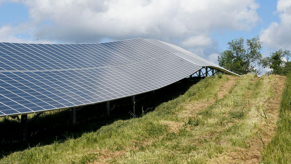 For å nå det ambisiøse målet, må antall nye solceller mangedobles i årene som kommer. Her fra en solcellepark i Clifton Park i New York.