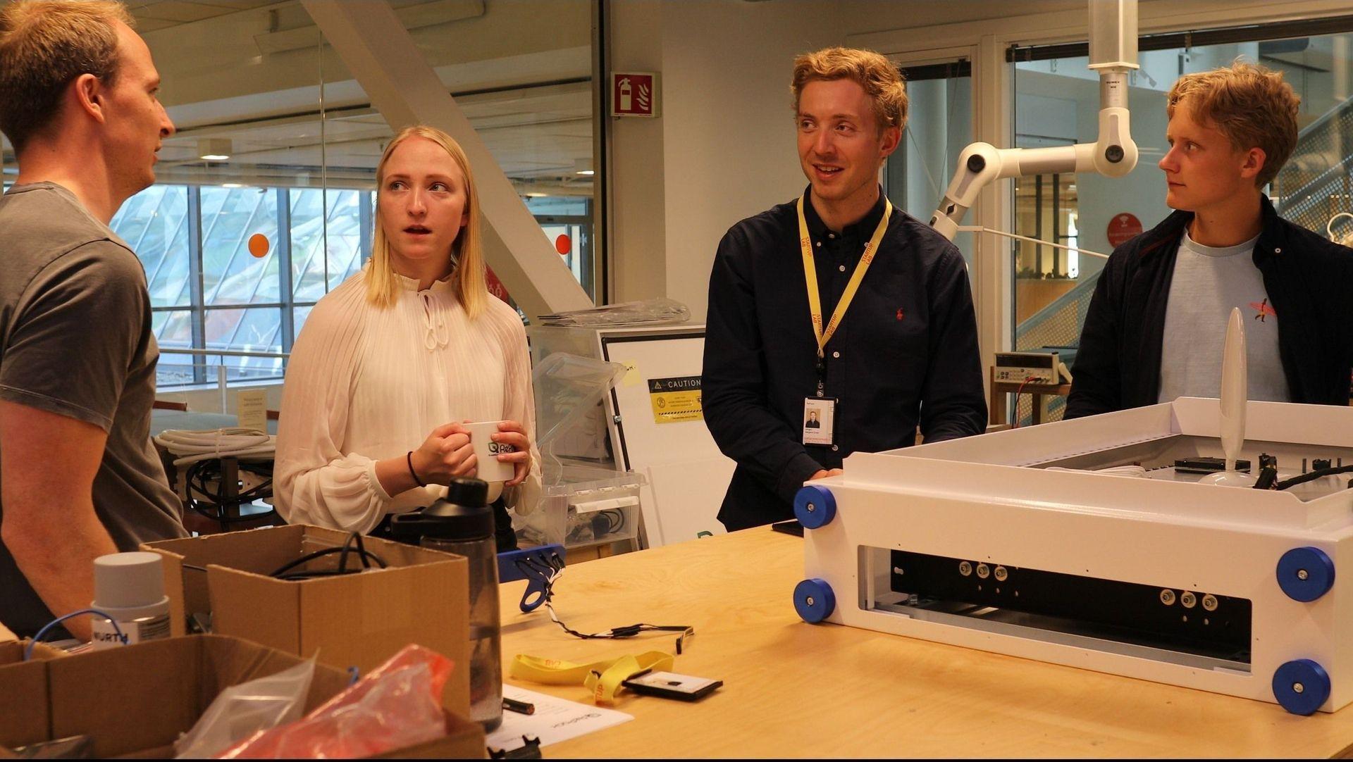 Opplading: Herman Hille, Jørgen Erdal og Jens Kristoffersen fra RePack i prat med Accentures intern Marthe Linnerud.
