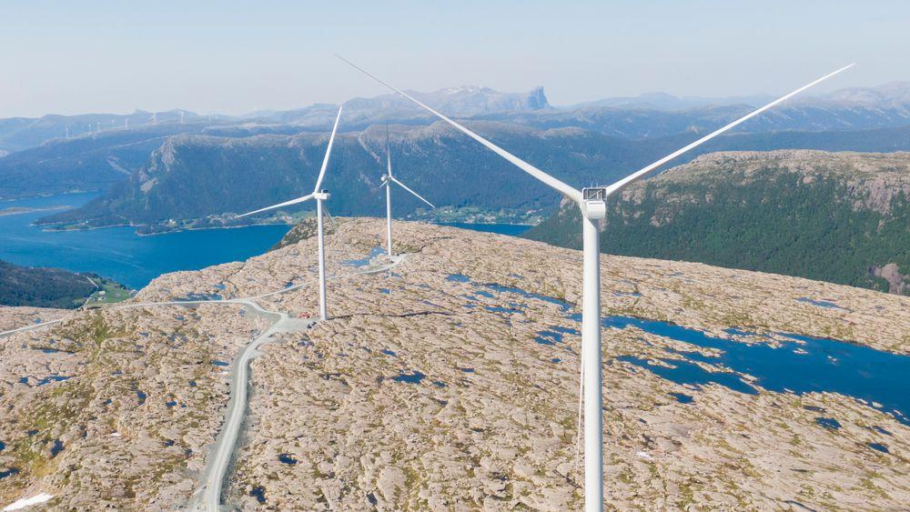 Vindkraftforeningen Norwea peker på tre ting når det gjelder vassdrags- og energidirektør Kjetil Lunds uttalelser om at det kan ta fem til ti år før det kommer ny landbasert vindkraft i Norge. Her er ferske Guleslettene vindpark like ved Florø.