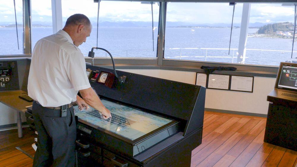 Kartbord: NavStation er et digitalt kart om bord i et skip. Det står litt tilbake på brua som erstatning for papirkart. Den brukes til planlegging der kapteinen kan legge flere lag med digital navigasjonsinformasjon på toppen av ENC (electronic navigation chart).