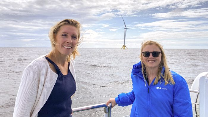 Mot slutten av 2020-tallet kan den første store vindparken være på plass i Nordsjøen, sier energiminister Tina Bru som her er til havs sammen med Shells tekniske direktør for offshore vind, Janneke Verhoef.