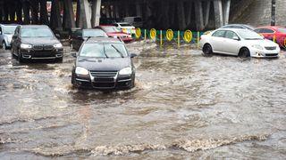 Biler i flomvann.