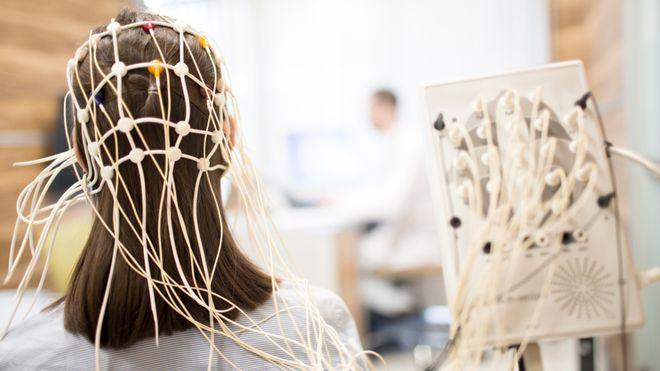 EEG brukes som oftest på pasienter med epilepsi, lavere bevissthet eller på dem som har falt i koma.  Forskere ønsker nå å bruke EEG til å oppdage tidlig demens. Da må EEG-signalene tolkes med kunstig intelligens.