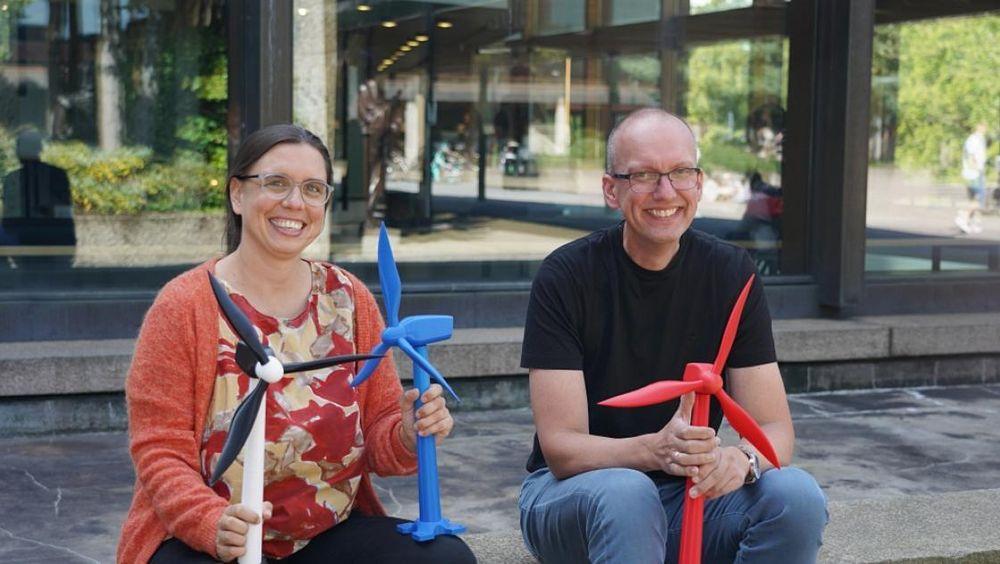 Førsteamanuensis Marianne Zeyringer (tv.) og professor Fred Espen Benth (th.) med miniatyrvindmøller.
