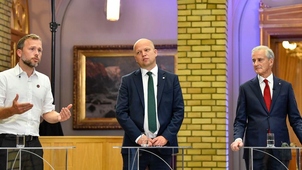 SV-leder Audun Lysbakken (t.v.), Sp-leder Trygve Slagsvold Vedum og Ap-leder Jonas Gahr Støre under partilederdebatt i Stortingets vandrehall.