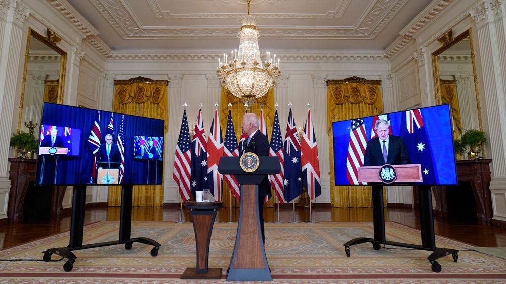 USAs president Joe Biden presenterte det nye partnerskapet sammen med Australias statsminister Scott Morrison (tv.) og Storbritannias statsminister Boris Johnson (t.h.) sent onsdag kveld norsk tid.