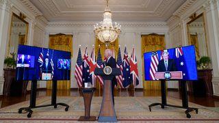 President Joe Biden (i midten) presenterte det nye partnerskapet sammen med Australias statsminister Scott Morrison (til venstre) og Storbritannias statsminister Boris Johnson (til høyre) sent onsdag kveld norsk tid.