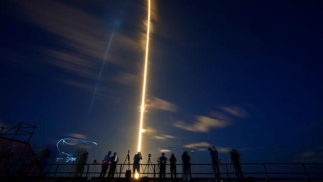 Fire sivile romturister var om bord i Dragon-kapselen som ble skutt opp med en Falcon 9-rakett.