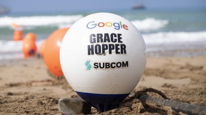 En flytebøye avbildet ved stranda i Bude, Cornwall, der Googles nye superraske fiberkabel nå er ført i land.
